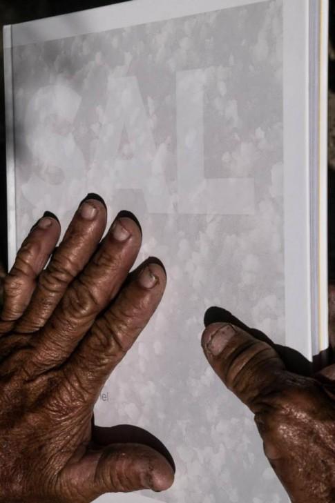 Livro SAL nas mãos de Darcy Soares. Foto Muuricio Sapata