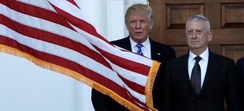 """Trump com seu secretário de Defesa, James """"cachorro louco"""" Mattis"""
