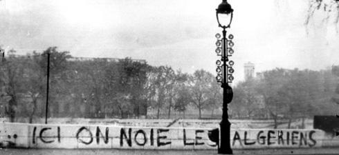 """""""Aqui afogaram os argelinos"""" - a pichação, às margens do Sena, depois do massacre de 17 de outubro de 1961, quando entre 150 e 300 argelinos, um crime impune na França"""