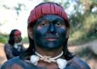 Primeira imagem de indío pacificado divulgada ao país, os bravos Xavante reinventam, com um programa de visitação de não-índios, estratégias que lhes permitam manter seu estilo tradicional de vida
