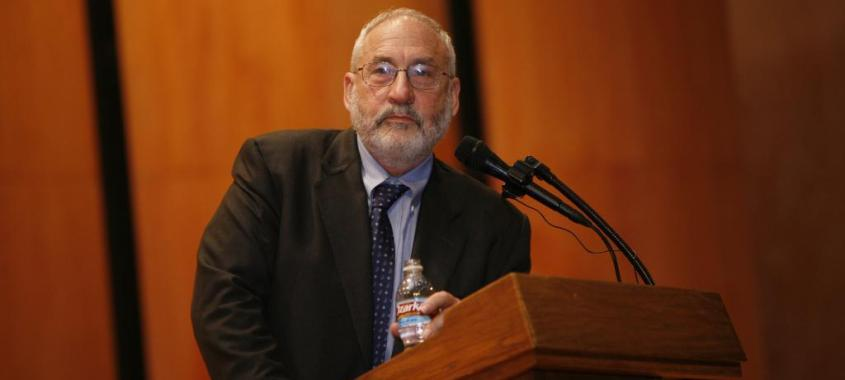 Joseph Stiglitz comenta ataque neoliberal à democracia grega