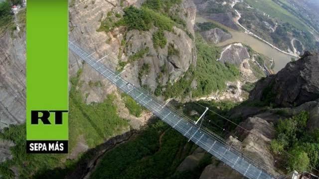 Passeie por uma impressionante ponte de vidro na China