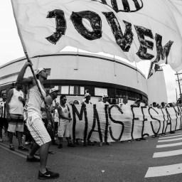 """Torcida do Santos protesta contra """"merendão"""" dos tucanos"""