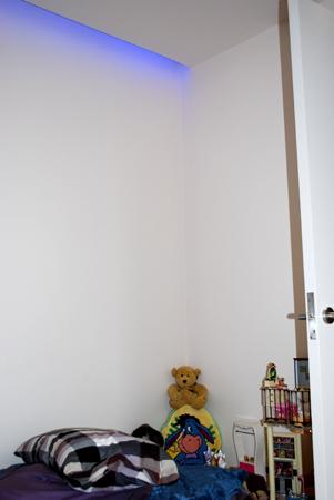 Detalle iluminación RGB en habitación infantil