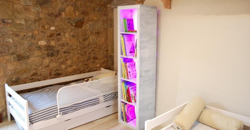Iluminación en mobiliario. Iluminación LED RGB en estantería