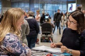 Susanne Overgaard (tv.) fortæller om psykisk førstehjælp.