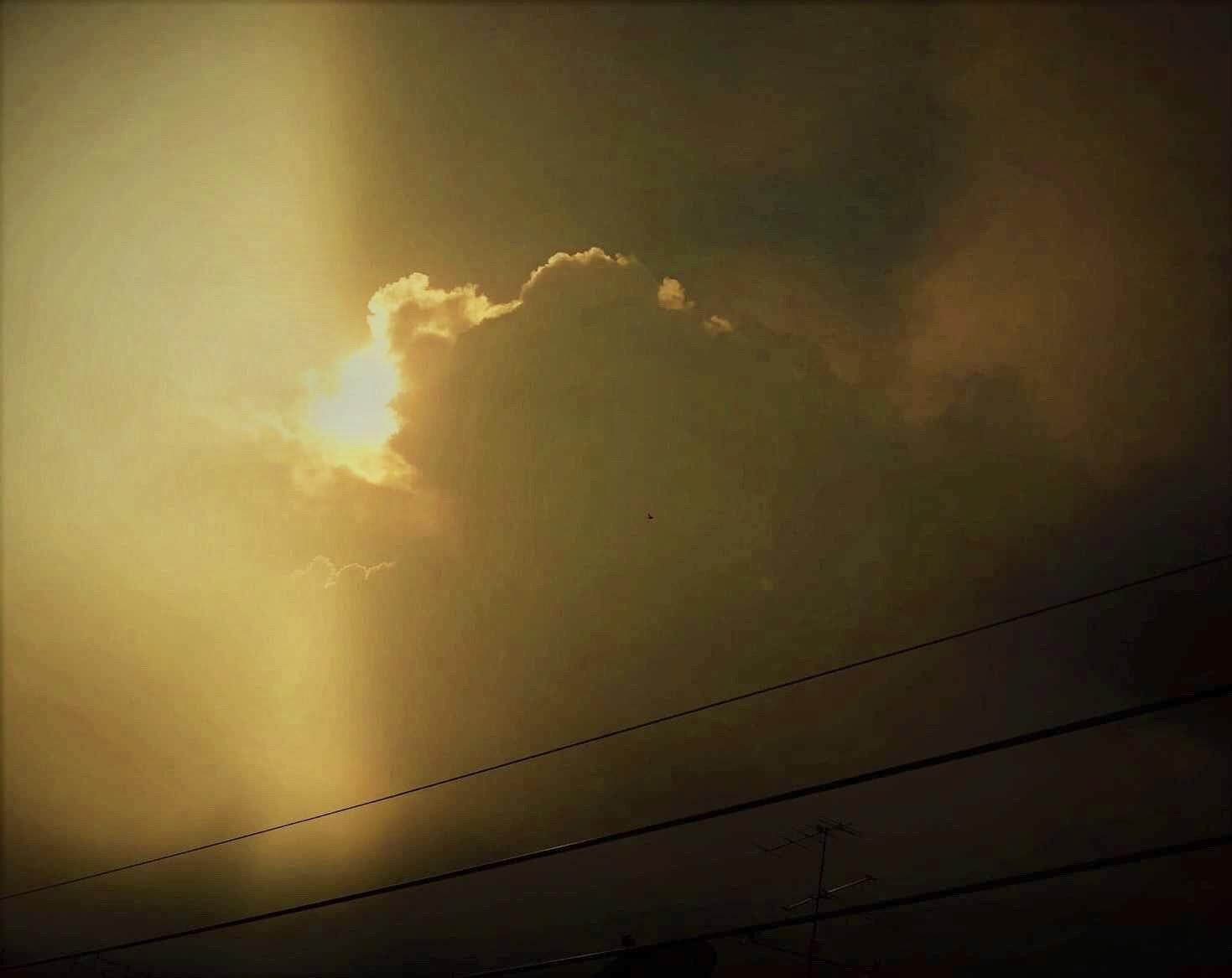 Sunlight ray from the dark cloud . 🌤⛅️🌥 ( รัสมีแสงอาทิตย์ที่ส่องออกมาจากเมฆดำ 🌤⛅️🌥)