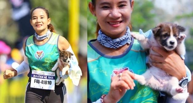 นักวิ่ง มาราธอน ไทยช่วยเหลือลูกสุนัขกำพร้า แล้วอุ้มพาเข้าเส้นชัยเป็นระยะทาง 19 ไมล์ 🐶🐕⛹️♀️🛣🏆🤲🏻🇹🇭
