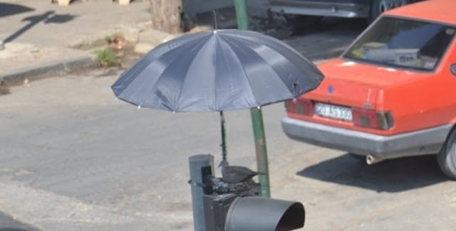 พลเมืองดีตั้งร่มไว้เพื่อปกป้องคุณแม่นกพิราบที่ทำรังบน ไฟจราจร 🐧🐣🐥🚦☔️🤲🏻👌🏻♥️🇹🇷