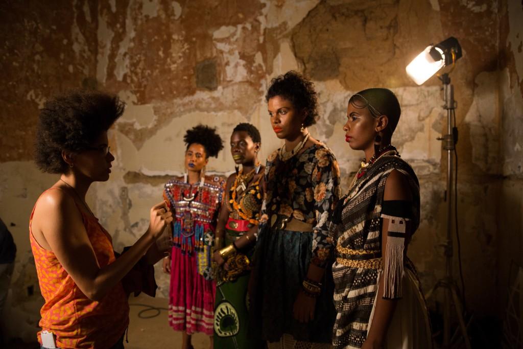 Yasmin Thayná e algumas das Kbelas durante gravação do filme