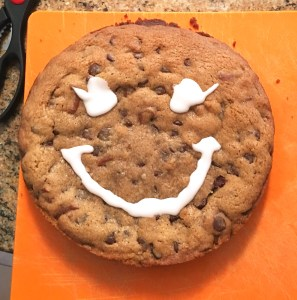 I used a simple royal icing (powdered sugar and a bit of water) in a zip lock bag to draw the smiley face :))