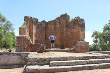 Exploring the Roman ruins of Milreu