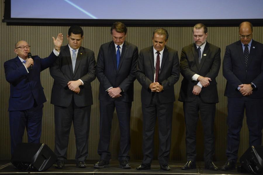 Líderes políticos recebem oração