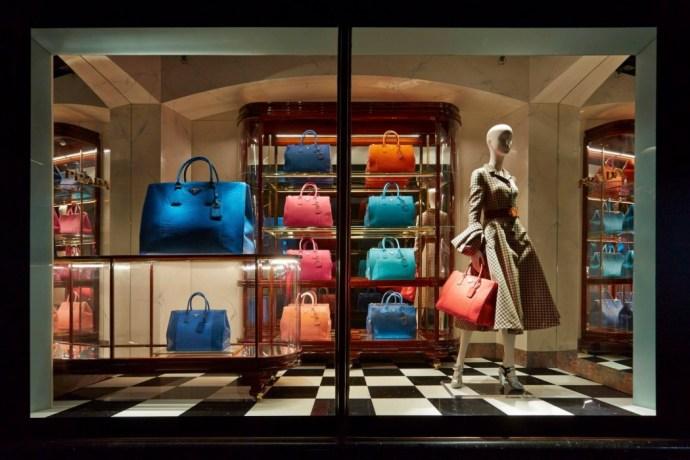 best-window-displays_harrods_2013_the-handbag-narratives_03