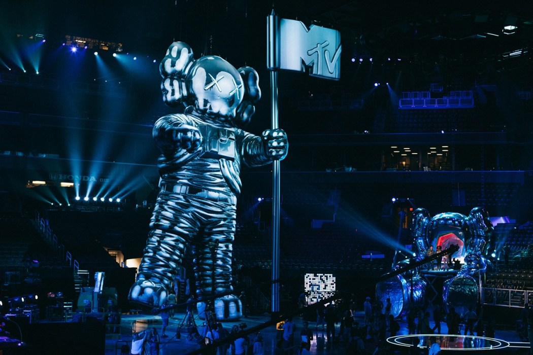 kaws-talks-about-designing-the-vma-moonman-2