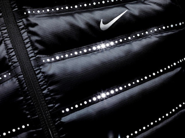 Nike Aeroloft技術的主要特點是帶有改造鐳射穿孔的熱接合隔離結構,能夠在輕質保暖的同時增強散熱效果