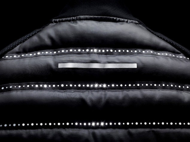 Nike Aeroloft 800 慢跑羽絨背心反光元素確保跑者在弱光條件下保持能見度