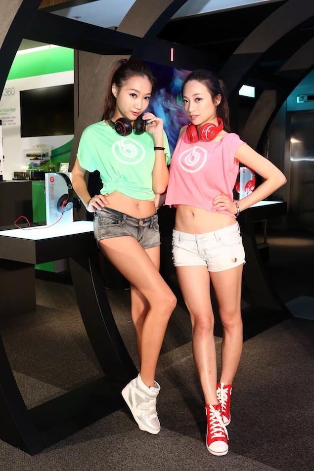 Show Girl配戴紅、黑色Beats耳機體驗New Beats Studio音樂隧道(2)