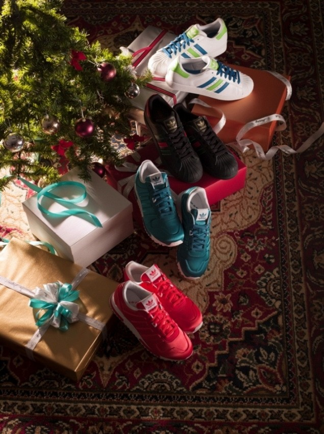 adidas Originals 12月女生系列,潮流的ZX鞋款這次也以聖誕節的紅綠配色展現,特殊的光澤材質挑配立體的三條線,更強調出質感。_