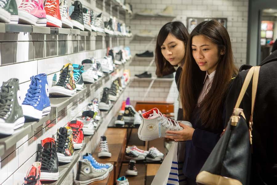 《圖三》CONVERSE充滿街頭文化的玩味創意,店內外人潮滿滿,多款暢銷鞋款服飾瞬間秒殺,完售一空