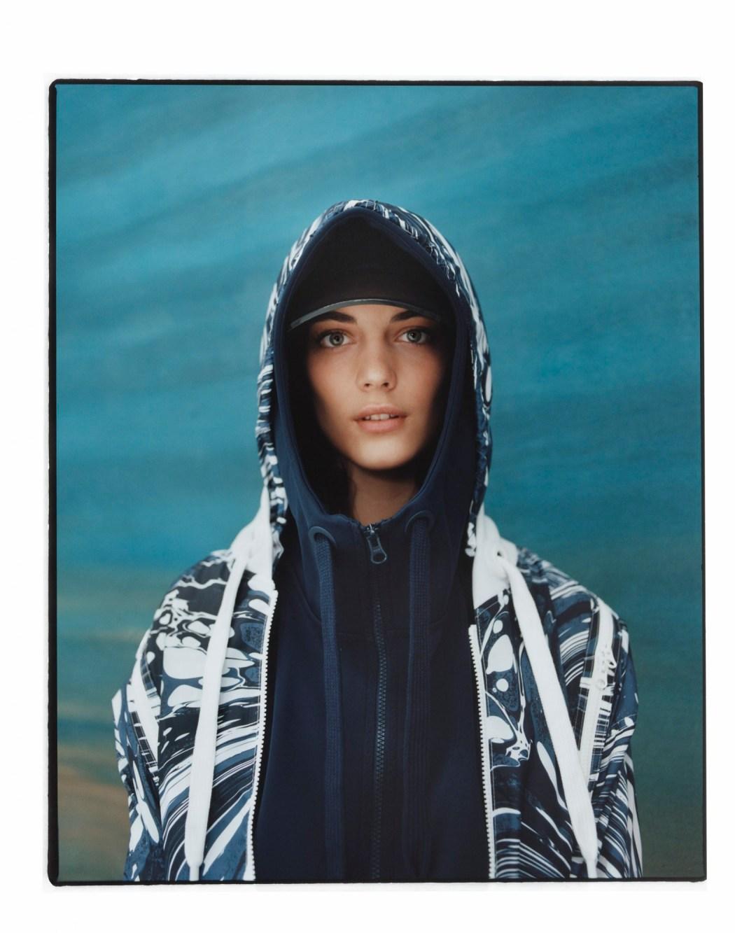 Run慢跑系列 藍色圖紋連帽外套$10,800__內襯深藍色連帽背心$5,600_1月上市