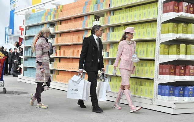 chanel-fall-winter-2014-grocery-store-runway-show-13