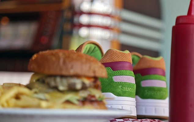 end-x-saucony-shadow-5000-burger-preview-11