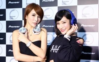 Pioneer新品耳機發表會_國光女神LALA(左)與NANA(右)分別展示SE-MX9頭戴式耳機(銀)和SE-MX7頭戴式耳機(橘)