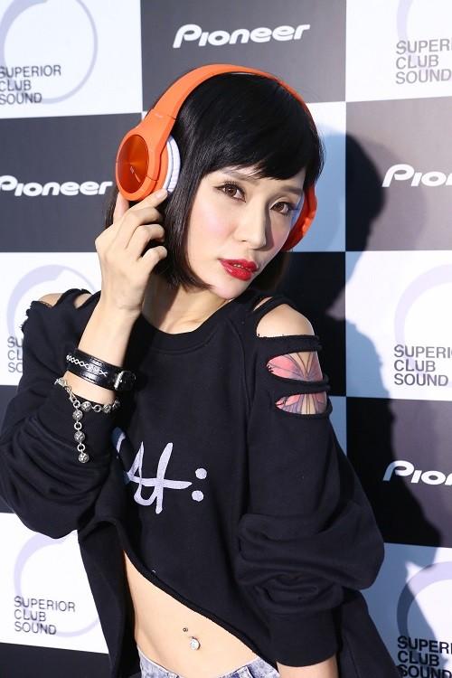 Pioneer新品耳機發表會_國光女神NANA散發街頭潮流風尚演繹SE-MX7頭戴式耳機(橘)