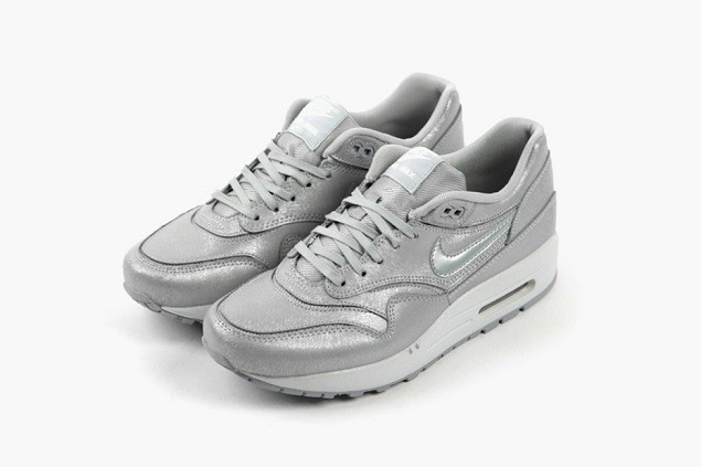 nike-wmns-wolf-grey-cut-out-pack-02