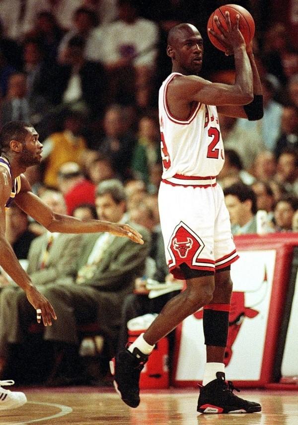 michael-jordan-air-jordan-vi-infrared-1991-nba-finals