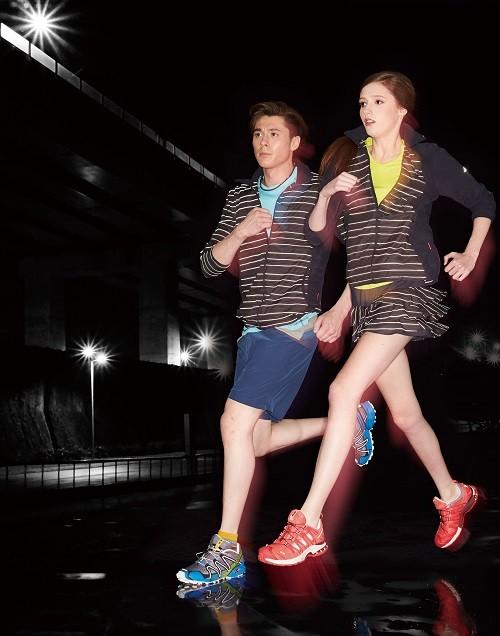 圖8-SPORT:因應慢跑趨勢,首次推出慢跑系列,採用抑臭吸排彈性布料,打造0%汗味運動STYLE;加入3M反光纖維抗UV布料,增加夜間行進安全性
