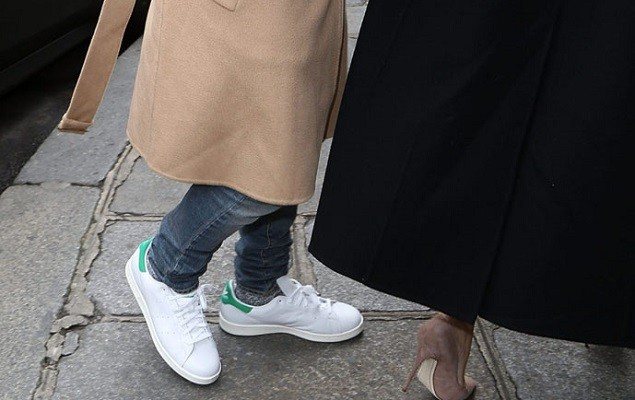 the best attitude d964f 9a7e0 Kanye West 著用adidas Stan Smith 現身於巴黎街頭  OVERDOPE ...