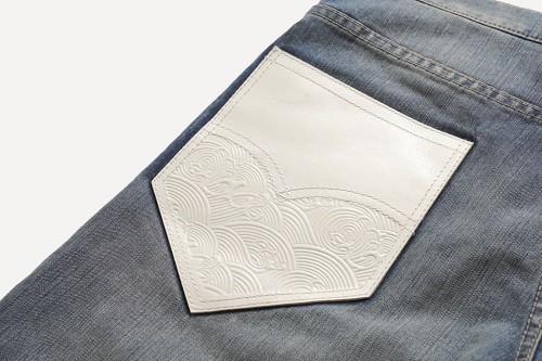 男性短褲採用全新的508升級褲型,在褲子背面的左側口袋選用白色真皮,輔以海浪圖案壓花,時尚摩登感中更展現十足野性氛圍
