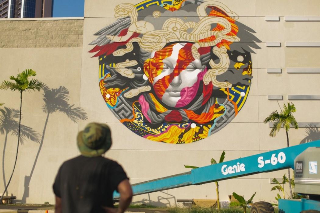 pow-wow-hawaii-x-versace-mural-by-tristan-eaton-02