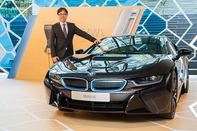 【新聞照片四】BMW總代理汎德股份有限公司 營業部副總吳漢明先生與全新BMW i8