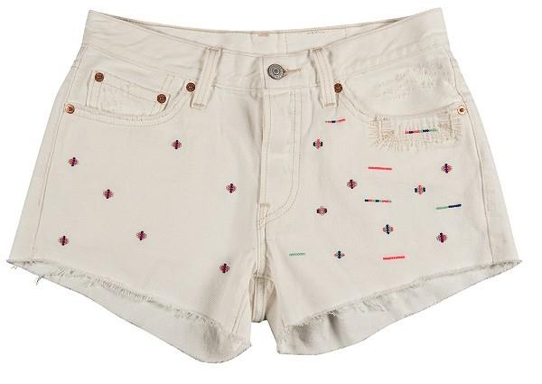 民俗風彩色刺繡白色丹寧短褲企圖打造今夏衣櫃不可或缺的白色單品