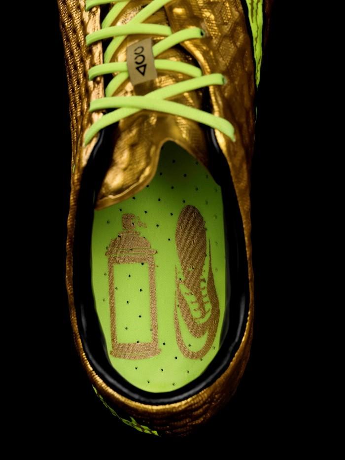 Nike Hypervenom在鞋墊上獨特的設計細節—一個金色噴漆罐和一隻Hypervenom球鞋的圖案 訴說球鞋設計背後的故事