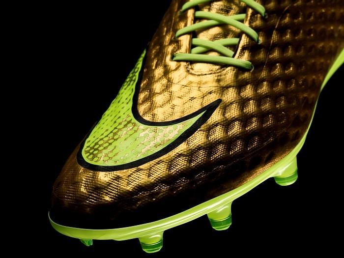 Nike Hypervenom的鞋面採用新的 NIKESKIN 系統 網面材質使球鞋具有超乎尋常的舒適度和觸感