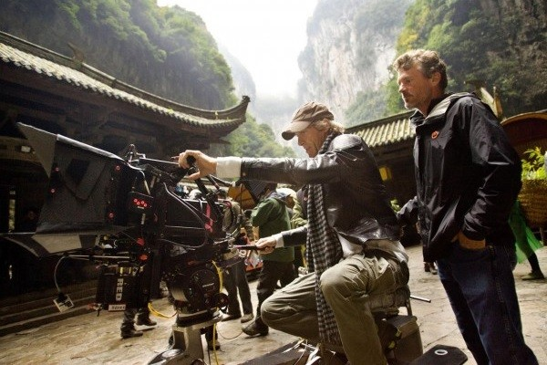 transformers-4-age-of-extinction-michael-bay-set-photo-600x419