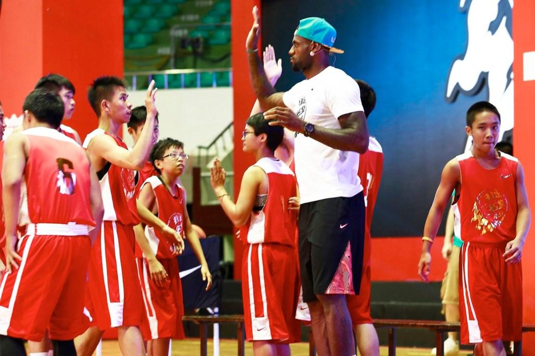 LeBron James指導小球員技巧幫助他們提升自我