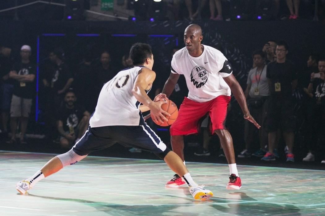 """Kobe在""""黑曼巴""""球場面對學員李觀洋的挑戰"""