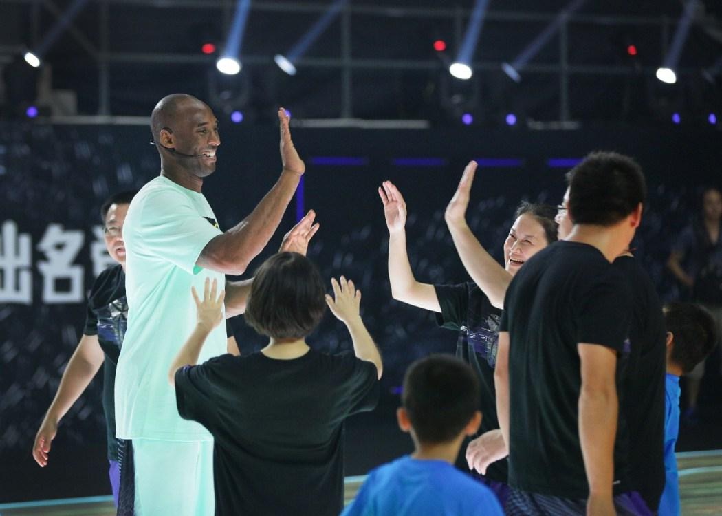 Kobe Bryant表示:到外面去跟你的孩子運動吧。當孩子把球傳給你,你接著投籃命中的時候,最開心的是你的孩子