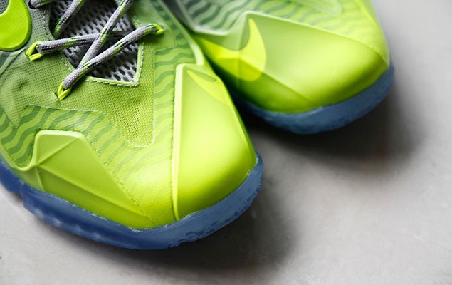 a-closer-look-at-the-nike-lebron-11-metallic-luster-ice-volt-2