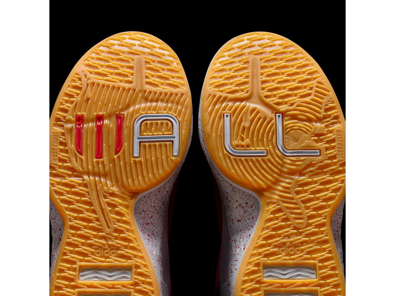 "6.J Wall 1以眾多的細節設計表現John Wall他的個人風格。外底則以全美地圖與""Wall""的字樣橫跨左右腳的鞋底設計,彰顯華盛頓DC身為首都在地圖上連結到每個NBA城市"