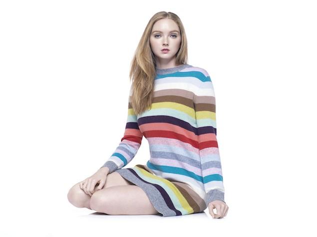 国际名模Lily Cole穿着Gap冬季系列彩色条纹毛衣裙,尽显简约时尚魅力