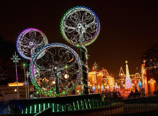 「迪士尼光影匯」夜間巡遊及聖誕光影亮燈散發前所未有的耀眼光芒