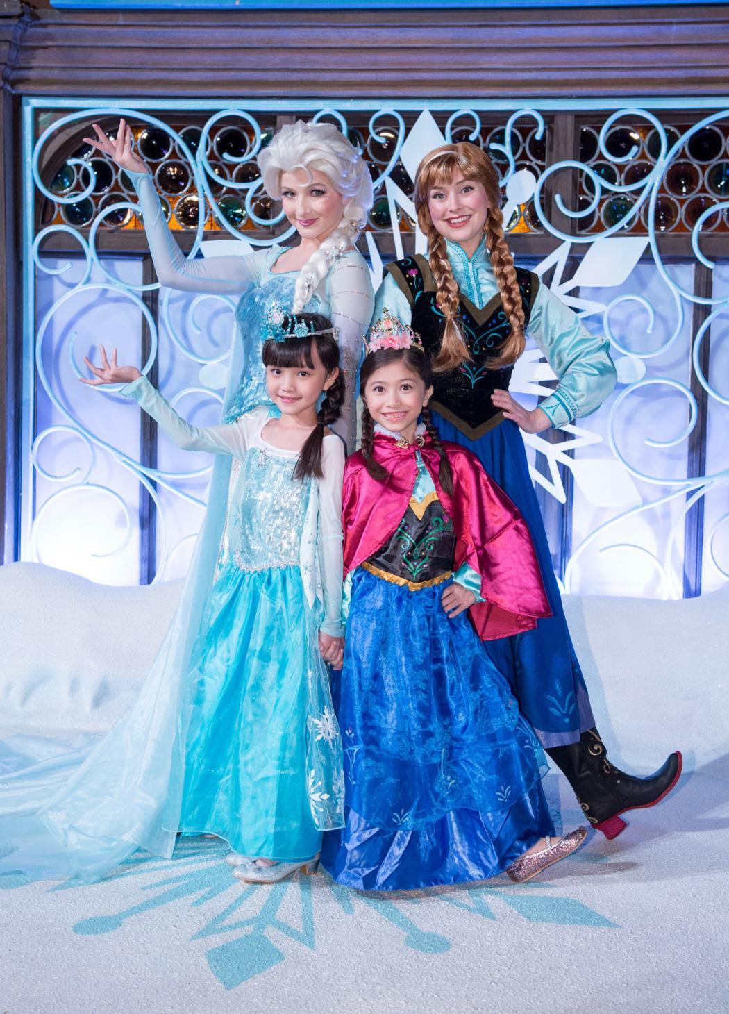 艾莎女皇與安娜公主,來到盛宴現場與賓客們見面合影留念