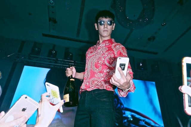 T.O.P以支持者手機自拍