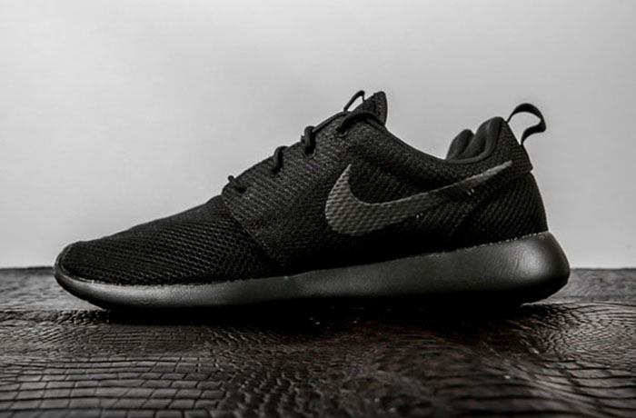 nike-roshe-run-triple-black-1